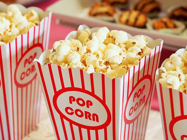Eine Popcorntüte mit Popcorn
